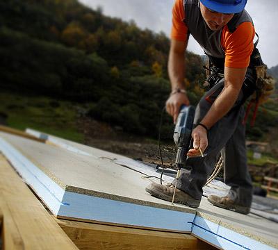 constructor instalando panel de aislamiento estructural en una obra